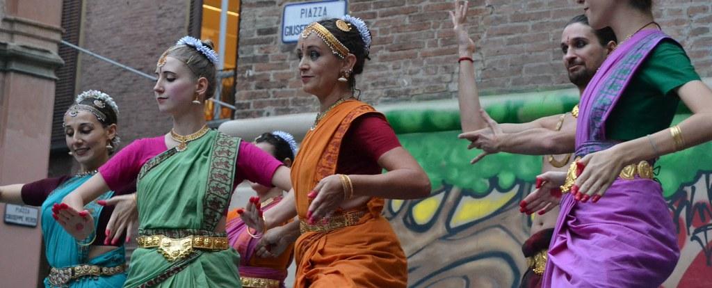 ballerini di danza indiana in costume durante un'esibizione