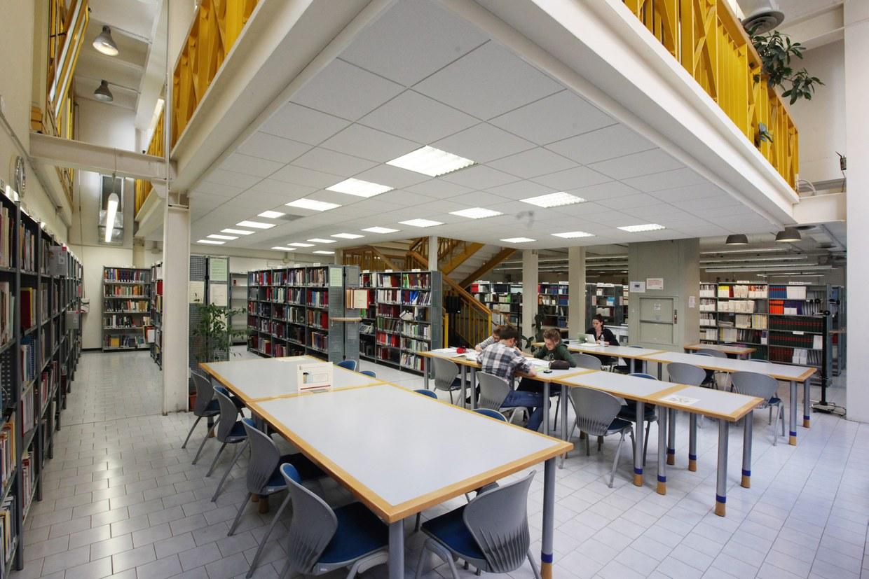 La biblioteca è stata costituita nel 1991 e intitolata a Giovanni Battista Ercolani. E' a disposizione degli studenti e dei docenti che studiano e lavorano ad Ozzano