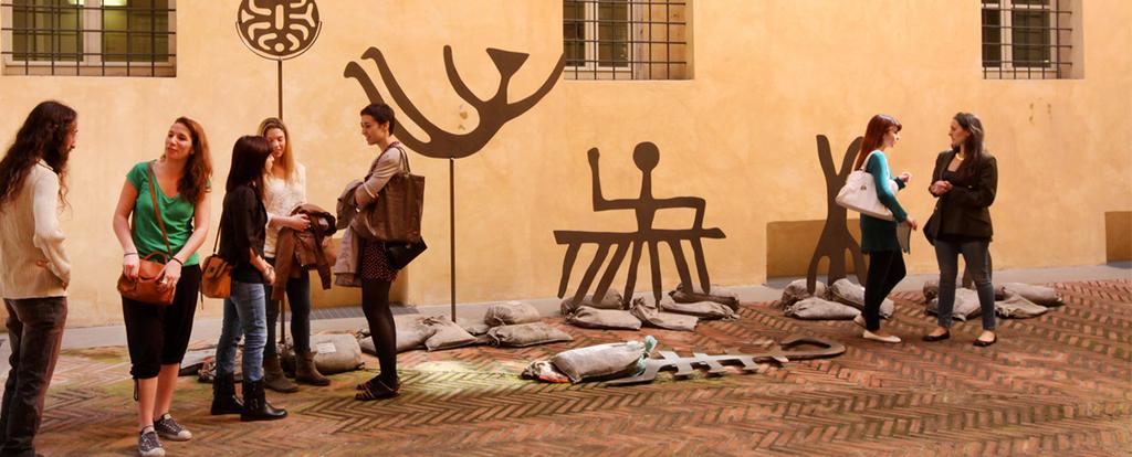 studenti accanto a sculture in ferro nel cortile della sede di Via Azzo Gardino